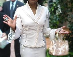 "Oprah Winfrey ""The Business Tycoon"" Tweets Out About the ""Handbag Diss"" in Zurich—Find Out What She Said!"